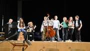 Schülerinnen und Schüler der Primarschule eröffneten mit einer musikalischen Darbietung die Schulbürgerversammlung. (Bild: Urs M. Hemm)