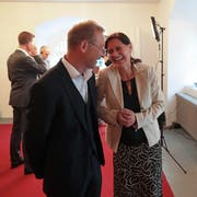 Monika Rüegger freute sich im Obwaldner Rathaus sichtlich über ihre Wahl. Peter Krummenacher blieb trotz knapper Niederlage fröhlich. (Bild: Roger Zbinden, Sarnen, 20. Oktober 2019).