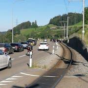 Unfall im Morgenverkehr: Beim «Schwarzen Bären» war die Strecke der Appenzellerbahn durch das verunfallte Auto blockiert. (Leserbild)