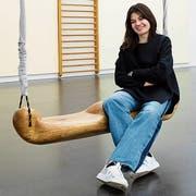 Pendelt aus Zürich: Alexandra Blättler auf der «Giant Swing 2» der Schweizer Künstlerin Claudia Comte. (Bild: Philipp Schmidli, Luzern, 11. April 2019)