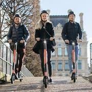 Geht es nach dem E-Trottinett-Anbieter «Voi», sollen die orangen Scooter schon bald durch neun Schweizer Städte rollen. (Bild: PD/Instagram Voi)