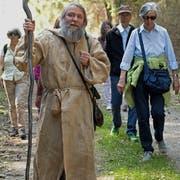 Wandermönch Angus bringt mit einer Pilgergruppe den St.Galler Klosterplan in die Stiftsbibliothek (Bild:P