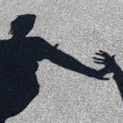 Der Mann griff die Frau unvermittelt an. (Bild: Keystone)
