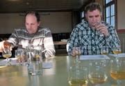 Profis am Werk: Hansueli Spichtig und Werni Keiser (von links) beim Testen des heimischen Süsmosts. (Bild: Romano Cuonz, Sarnen, 25.Januar 2019)