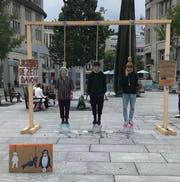 Am Klima-Galgen: Drei Jugendliche bei der Aktion auf dem St.Galler Kornhausplatz. (Bild: pd)