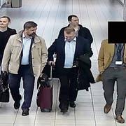 Russische GRU-Agenten werden zu ihrem Flug eskortiert. (Bild: Niederländisches Verteidigungsministerium via AP, 13. April 2018)