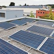EIne Fotovoltaikanlage auf den Dächern der Schule Sunnegrund in Steinhausen. (Bild: Stefan Kaiser, 18. August 2015)