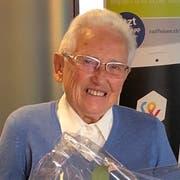 Anna v. Niederhäusern (Mitte) geht mit 90 Jahren in Pension. Flankiert wird sie von Kurt Sidler, Verwaltungsratspräsident der Raiffeisenbank Luzern, und Isabel Hürlimann, Leiterin der Geschäftsstelle Ebikon. (Bild: PD)