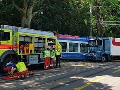 Ein Lastwagen prallte in Zürich-Albisrieden in ein Tram der Linie 3. Die Einsatzkräfte sind mit einem Grossaufgebot vor Ort. (Bild: Keystone-SDA, Monika Freund)
