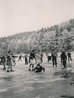 Das Schlittschuhlaufen will gelernt sein. Kinder auf dem Steinibühlweiher (Sempach, Winter 1945-1946). (Bild: Stadtarchiv Sempach)