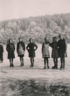 Schlittschuhlaufen auf dem Steinibühlweiher in Sempach im Winter 1945/1946. (Bild: Stadtarchiv Sempach)