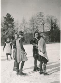 Mädchen unterwegs auf dem Steinibühlweiher in Sempach im Winter 1938/1939. (Bild: Stadtarchiv Sempach)