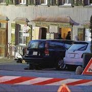 Fahnder der St.Galler Kantonspolizei vor dem Haus des Opfers in Lichtensteig. (Bild: BRK News)
