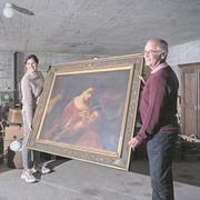 María Fernanda Salvador und Pius Fölmli, Mitglieder des Stiftungsrates St.Anna, mit einem Muttergottes- und Jesuskind-Gemälde, das am Antiquitätenmarkt am Samstag erworben werden kann. (Bilder: Pius Amrein, Luzern, 15. Oktober 2019)