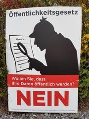 Ein Plakat des Gegenkomitees befremdet die Befürworter des Öffentlichkeitsprinzips. (Bild: Twitter)