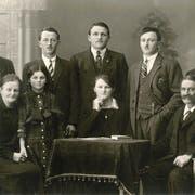 Rosa (unten links) und Johann (unten rechts) Scherrer-Widmer 1926 mit ihren fünf Söhnen und zwei Töchtern, von links: Willi, Martha, Othmar, Johann, Anna, Anton und Werner. (Bild: PD)