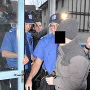Prostituiertenmörder Tobi B. auf dem Weg ins Bezirksgericht - das Archivbild stammt von 2011. (Bild: Silvan Hartmann)