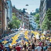 «Slide my City» in St.Gallen: Wer eine Wasserrutsche will, muss dieses Wochenende nicht ins Schwimmbad. (Bild: Michel Canonica, 30. Juli 2016)