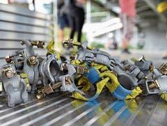 1746 Kupplungen/Rohrverbinder halten das Hängegerüst zusammen.