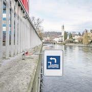 Das Schwimmen in der Reuss soll sicherer werden - unter anderem sollen mehr Infotafeln aufgestellt werden. Auf dem Bild ist der Ein-/Ausstieg aus der Reuss bei der Sentimatte. (Bild: Pius Amrein)