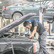Omar El-Jamal von der Garage Epper in Luzern bei Wartungs- und Reparaturarbeiten am Kühlsystem eines Kundenfahrzeugs. (Bild: Pius Amrein, 19. März 2018)