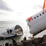Angehörige des Indonesischen Militärs bergen Wrackteile der abgestürzten Boeing 737 aus dem Meer. (Bild: EPA/MADE NAGI)