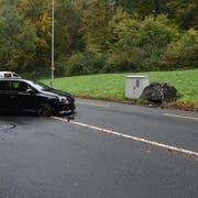 Die Autofahrerin fuhr in einen Felsblock. (Bild: Luzerner Polizei)