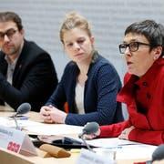 Die SP-Vertreter Barbara Gysi, Nadine Masshardt und David Roth (v.r.) anlässlich der gestrigen Medienorientierung. (Bild: Peter Klaunzer/Keystone)