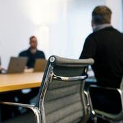 Der Schweiz drohen leere Stühle im Gemeinderatszimmer. (Bild: Keystone)