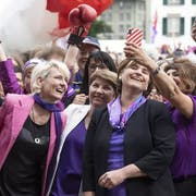 Der Frauenstreik führte zu Frauenboom bei den Nationalratswahlen. Im Bild: Nationalrätin Sibel Arslan (Grüne), macht ein Selfie mit Nationalrätin Nadine Masshardt (SP), Nationalratspräsidentin Marina Carobbio (SP), Bundesrätin Viola Amherd (CVP) und Nationalrätin Isabelle Moret (FDP, von rechts). (Bild: Keystone)