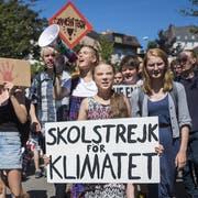 Die Umweltaktivistin Greta Thunberg (mit weissem Schild) an der Klimademo in Lausanne. (Bild: Keystone)