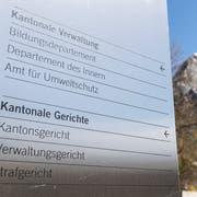 Ein Informationsschild vor dem Kantonsgericht Schwyz. (Bild: Keystone/Ennio Leanza)