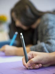 Schülerinnen und Schüler müssen sich zwischen dem Angebot der Schule und der Kirche entscheiden. (Symbolbild: Georgios Kefalas/Keystone)