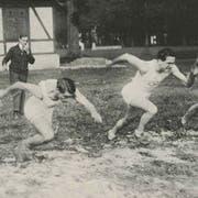 Anfang 1920er Jahre: Robert Strebi (hinten), der damalige Präsident des Sportclubs Luzern, gibt den Startpfiff für einen Sprintlauf auf der Allmend beim Eichwäldli. (Bild aus der Jubiläumsschrift des LSC)