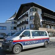 Ein Auto der Polizei vor dem österreichischen Mannschaftshotel. (Bild: Georg Hochmuth/APA)