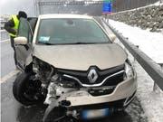 In Schattdorf krachte ein Personenfahrzeug in die Leitplanke und kollidierte anschliessend mit einem anderen Auto. (Bild: Kantonspolizei Uri, 13. Januar 2019)
