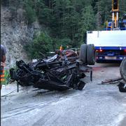 Räumung der Unfallstelle und Bergung des Fahrzeugwracks: Vom Lastwagen sind nur noch Trümmer übrig. (Bild: Kantonspolizei Uri)