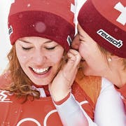 Gold: Michelle Gisin (links) und Wendy Holdener. (Bild: Jean-Christoph Bott/Keystone (Pyeongchang, 22. Februar 2018))