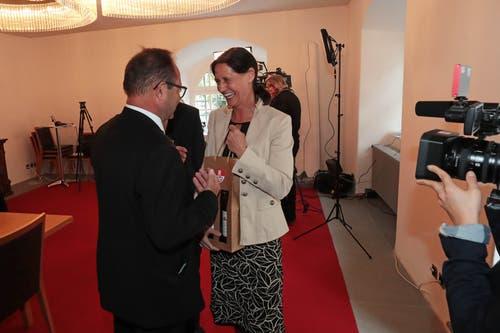 Regierungsrat Josef Hess überreicht der Siegerin Monika Rüegger zwei Flaschen Obwaldner Staatswein - aus dem Rebberg des unterlegenen Peter Krummenacher. (Bild: Roger Zbinden, Sarnen, 20. Oktober 2019)