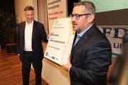 Wird Hans Wicki für das Ticket ins Bundeshaus, das er bei der kantonalen Nomination aus den Händen von FDP-Präsident Stefan Bosshard erhielt, in Zukunft tatsächlich Verwendung haben? (Bild: Roger Zbinden (Stans, 23. Oktober 2018))