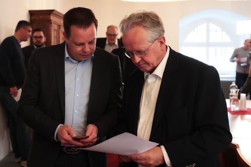 Raphael Disler, Präsident der CVP Sarnen (links), analysiert mit Kantonalpräsident Bruno von Rotz die Ergebnisse. (Bild: Roger Zbinden, Sarnen, 20. Oktober 2019)