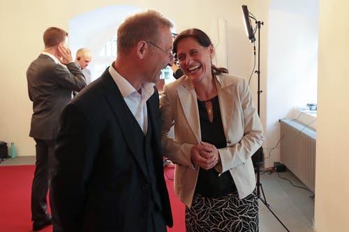 Peter Krummenacher (CVP) im Gespräch mit Siegerin Monika Rüegger (SVP). (Bild: Roger Zbinden, Sarnen, 20. Oktober 2019)