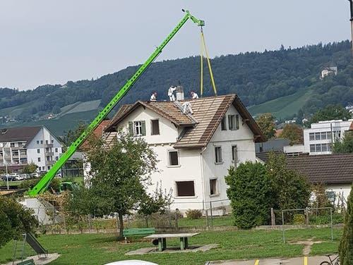Mit einem grossen Kran werden Arbeiten am Dach erledigt. (Bild: PD/Sabrina Mente)