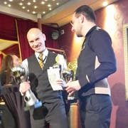 Dan Erbert freut sich über den Pokal, der ihn als besten Schweizer Croupier ausweist. (Bild: PD)