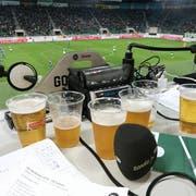 Viel Bier, viel Leidenschaft für Grünweiss: So ging es auf den Toxic.fm-Kommentatorenplätzen bei Spielen des FC St.Gallen zu. (Bild: pd/Facebook)