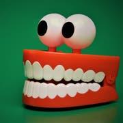 Wer viel Stress hat knirscht öfters mit den Zähnen, das kann teure Folgen haben