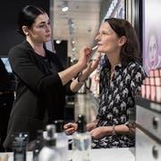 Ist mein Hautunterton kalt oder warm? Make-up-Artistin Valbona Mehmedi berät Redaktorin Susanne Holz. (Bild: Boris Bürgisser)