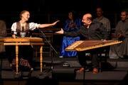 Ähnliche Instrumente, verschiedene Kulturen: Die Appenzellerin Rebecca Graf (Hackbrett) und der Ägypter Ragby Kamal (Qanoun) bei ihrem gemeinsamen Auftritt. (Bild: Niklaus Spoerri / PD, 6. Juli 2019)