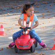 Eine Schülerin des «Seetal» zeigt Freude auf dem Bobby-Car-Parcours. (Bild: PD)