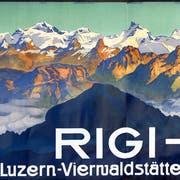 Dreiteiliges Plakat mit dem Blick auf Rigi-Scheidegg und einen Teil der Alpenkette. (Bild: Künstler unbekannt/ Druckerei Hubacher Bern, ca. 1910)